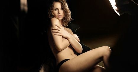 Photos : Lily James (Downtow Abbey) Égérie topless sexy pour Burberry | Radio Planète-Eléa | Scoop.it