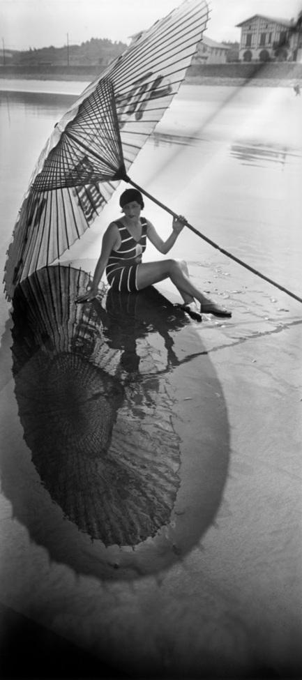 Bibí, sombra y reflejo. Hendaya // Bibi, shadow and reflection. Hendaye (by Jacques Henri-Lartigue, 1927) | B&W | Scoop.it