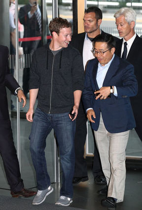 Facebook's Zuckerberg Meets Samsung Executives Amid Mobile Push | Business Video Directory | Scoop.it
