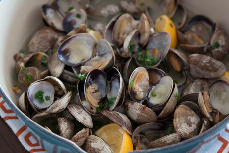 Steamed Clams with Garlic and Chives - What's Gaby Cooking | À Catanada na Cozinha Magazine | Scoop.it