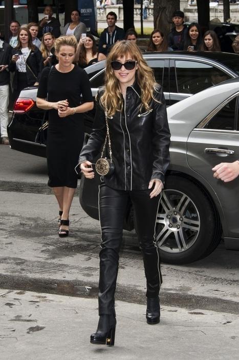 PHOTOS - Lily Collins vs. Dakota Johnson : look de lady vs. look SM chez Chanel | FiftyShadesFrance | Scoop.it