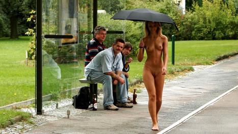 голая девушка на улице фото