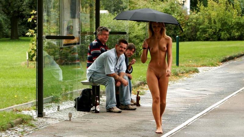 Видео голая девушка на улице
