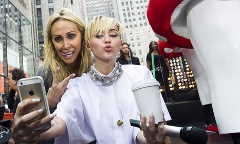 Miley Cyrus' mother Tish proudly mimics the pop star's tongue pose | Miley C. | Scoop.it