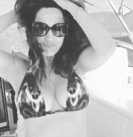 Kelly Brook proves once again that she's happy with her bikini body as she shares video of herself frolicking on a boat - Sexy Balla   News Daily About Sexy Balla   Scoop.it