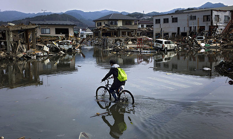 [Photo] Cycliste dans une rue inondée de Kesennuma | Flickr - Photo Sharing! | Japon : séisme, tsunami & conséquences | Scoop.it