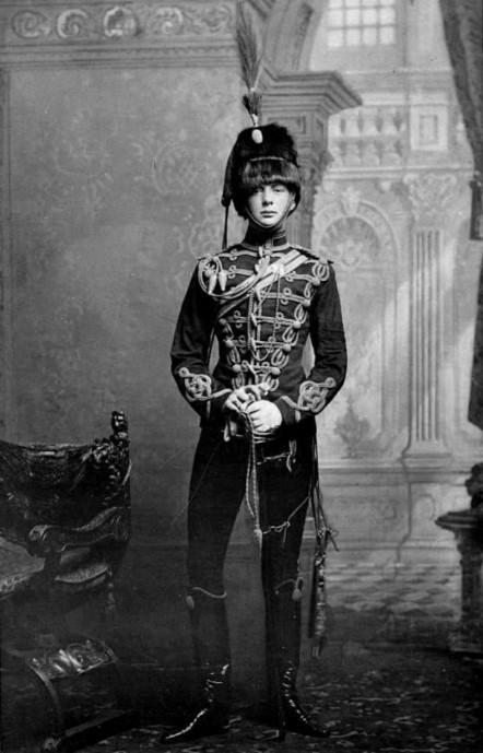 Young Winston Churchill in uniform, 1895 | GenealoNet | Scoop.it