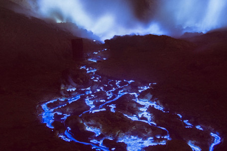 This Indonesian volcano is filled with mesmerizing blue fire | tecnologia s sustentabilidade | Scoop.it