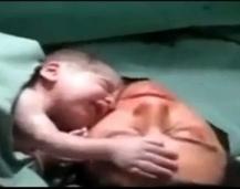 Emocionante video de un bebé que se niega a soltar a su madre | Salud Natural | Scoop.it