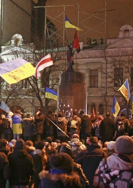 Protesters Topple Lenin Statue In Ukraine And Smash It To Bits | Daily Crew | Scoop.it