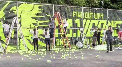 Un panneau d'affichage constitué d'une clôture et de 15 000 balles de tennis | Habillage Urbain | Scoop.it