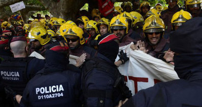 Firefighters scuffle with cops in Barcelona protest | AC Affairs | Scoop.it