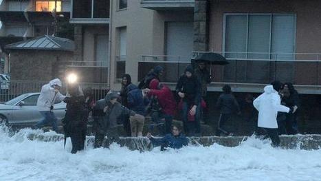 Grandes marées. La reporter de BFM TV prend une tasse en plein direct ! | photo en Bretagne - Finistère | Scoop.it
