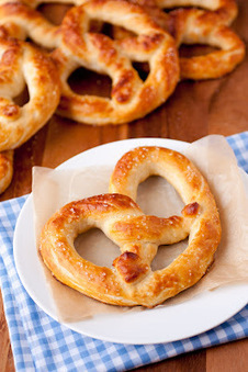 #RECIPE - Auntie Anne's Pretzel's Copycat | The Man With The Golden Tongs Hands Are In The Oven | Scoop.it