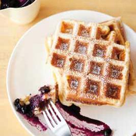 Rezept von Tara Duggan: Zitronen-Ricotta-Waffeln mit Blaubeer-Zitronen-Sauce | Brownies, Muffins, Cheesecake & andere Leckereien | Scoop.it