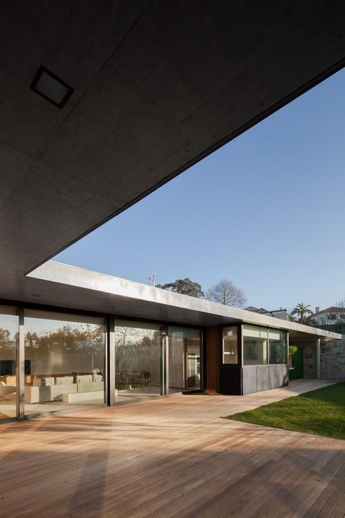 58vMz29AAyAX808e1KfGxjl72eJkfbmt4t8yenImKBXEejxNn4ZJNZ2ss5Ku7Cxt - Black Concrete Building Displaying a Minimalist Architecture: House in Mosteiro