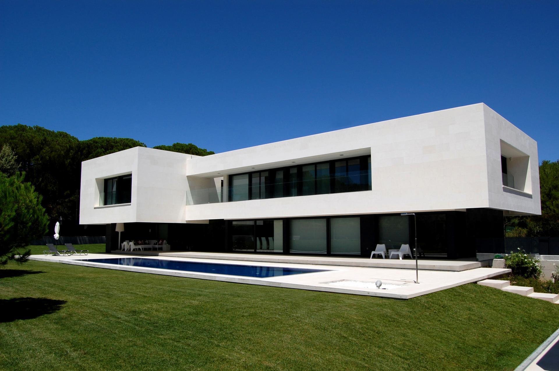 impressionnante maison contemporaine et son por. Black Bedroom Furniture Sets. Home Design Ideas