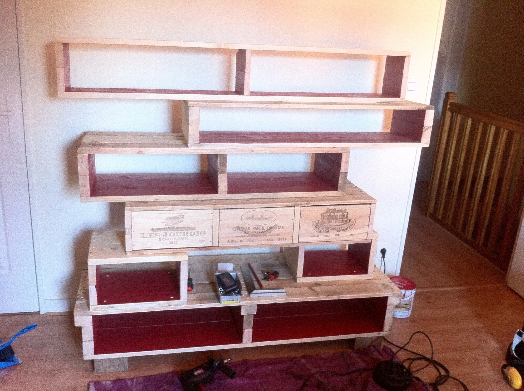 Pallet bookshelves with wine boxes 1001
