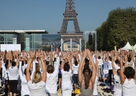 Thousands Yoga Under Eiffel Tower for Non-Violence (photos + video) | Conciencia Colectiva | Scoop.it
