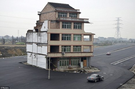 Won't sell up? Enjoy living in the middle of a motorway! Road is built around a house after elderly Chinese couple refuse to move | Human controll on the  landscape of the Earth | Scoop.it