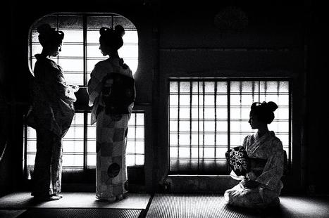 Maiko & Geiko | Photographer: Arif Iqball | BLACK AND WHITE | Scoop.it