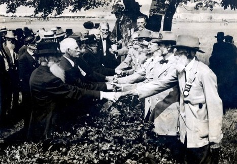American Civil War Veterans shake hands, 1913 | GenealoNet | Scoop.it