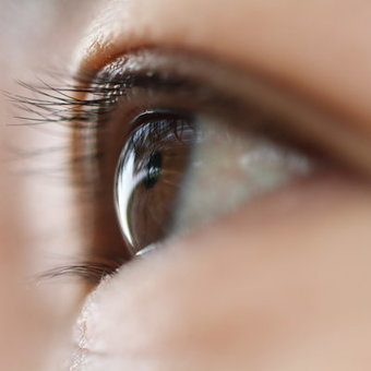 "14 Dry Eye Symptoms You Shouldn't Ignore (""good reason to get emotional when watching drama movies"") 