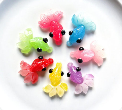 7 pcs - Colorful Goldfish or Koi Fish Resin Charms Pendants - 43mm - 7 Colors - Hot Pink - Blue - Pink - Purple - Yellow - Red - Green   Koi keeper   Scoop.it