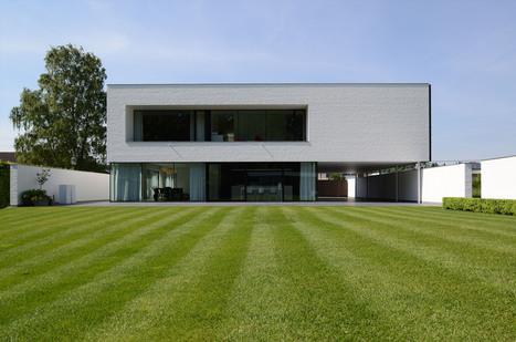 Impressionnante maison contemporaine flamande a for Maison cubique minimaliste