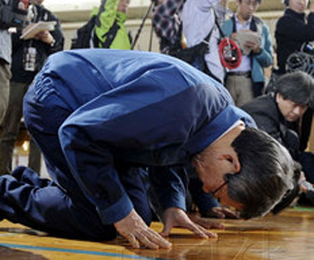 Fukushima:LeprésidentdeTepcos'agenouilledevantlessinistrés | Japan Tsunami | Scoop.it