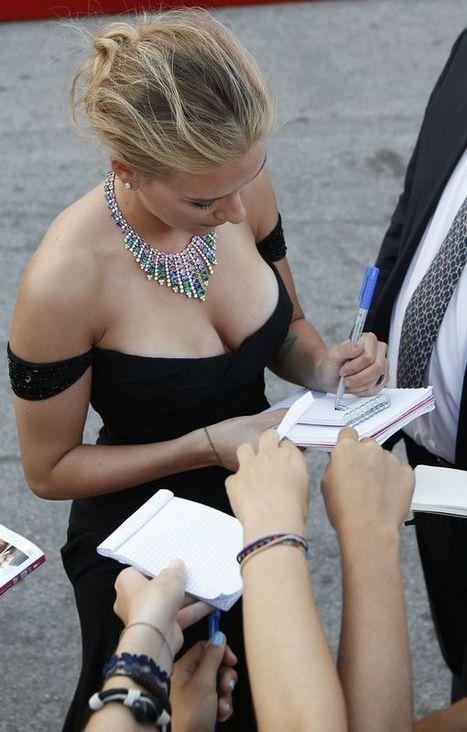Photos : Scarlett Johansson dévoile son décolleté sexy à Venise !   Radio Planète-Eléa   Scoop.it