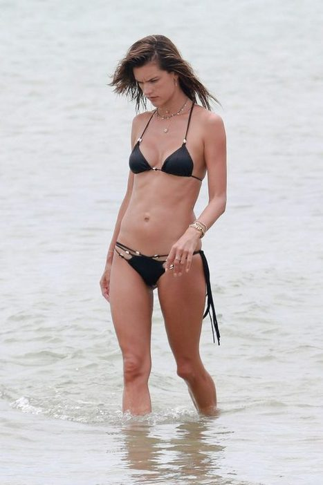 Photos : Alessandra Ambrosio en mini bikini sur une plage | Radio Planète-Eléa | Scoop.it
