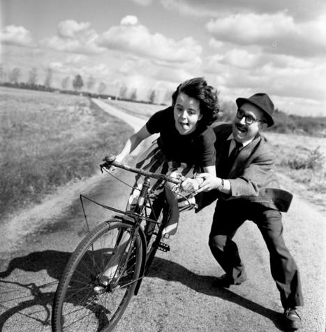 Leçon de vélo // Lección de bicicleta // Bike lesson (by Robert Doisneau, 1961) | Backlight Magazine. Photography and community. | Scoop.it