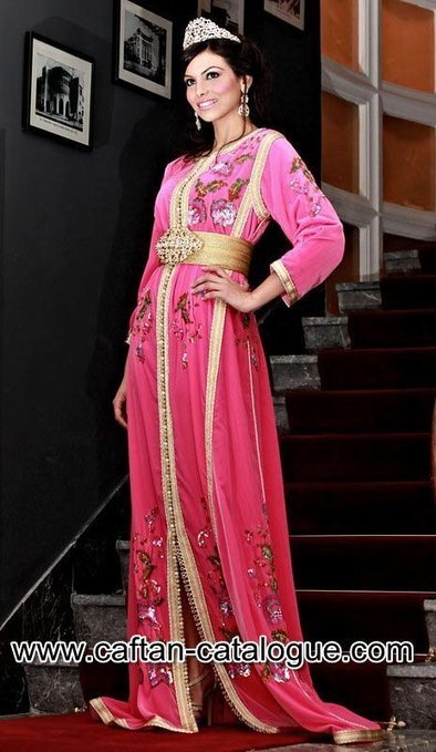 Takchita marocaine de prestige en couleur rose et dorée avec design moderne  - caftan catalogue 02b66845302