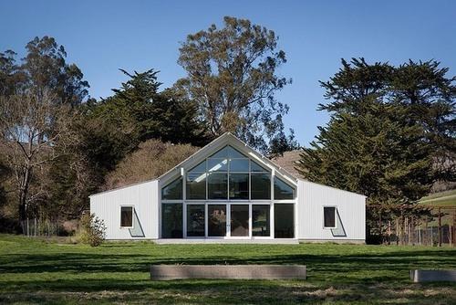 Grande baie vitrée sur cette maison bois contemporaine au ...