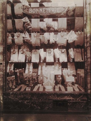 Parisian shop windows by Eugene Atget, 1900-1926 | GenealoNet | Scoop.it