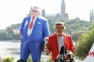 Con un globo gigante de Mike Duffy lanzan campaña para solicitar un referendo sobre el futuro del Senado   Canada for Spaniards   Scoop.it