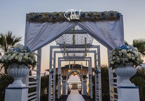 5a1994fbf665 Emozioni al matrimonio in spiaggia. L arrivo degli sposi per il rito  simbolico in riva al mare