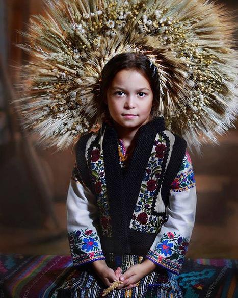 Las mujeres ucranianas recuperan los tradicionales tocados florales - Cultura Inquieta | PHOTO : PⒽⓄⓣⓄ ⅋ + | Scoop.it