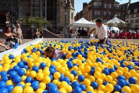 Ikea installe une piscine à boules en plein Mulhouse | streetmarketing | Scoop.it