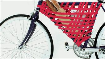 自転車のフレームに伸縮性のあるベルトを巻き付け荷物入れを作るアイディア「Reel」 - GIGAZINE   Active Commuting   Scoop.it