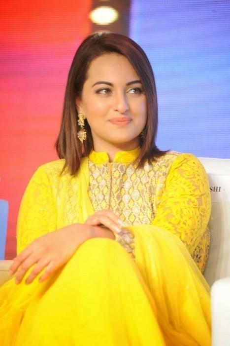 Sonakshi Sinha in Yellow Lucknowi Long Frock Churidar Salwar Kameez at Lingaa Success meet, Actress, Bollywood, Indian Fashion | CHICS & FASHION | Scoop.it