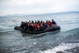 Sur les plages, un perturbant chassé-croisé entre touristes et réfugiés   La Longue-vue   Scoop.it