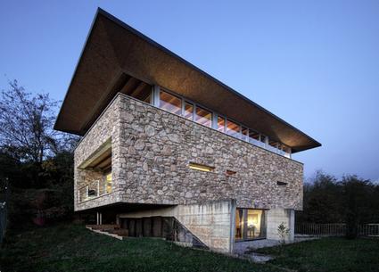 Impressionnante maison en pierre et sa toiture for Construire sa toiture