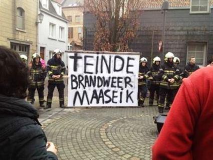 Maaseik: Brandweermannen Maaseik met spandoek in centrum (31 december 2014) - Limburgnieuws.be   Mezeik,   Scoop.it