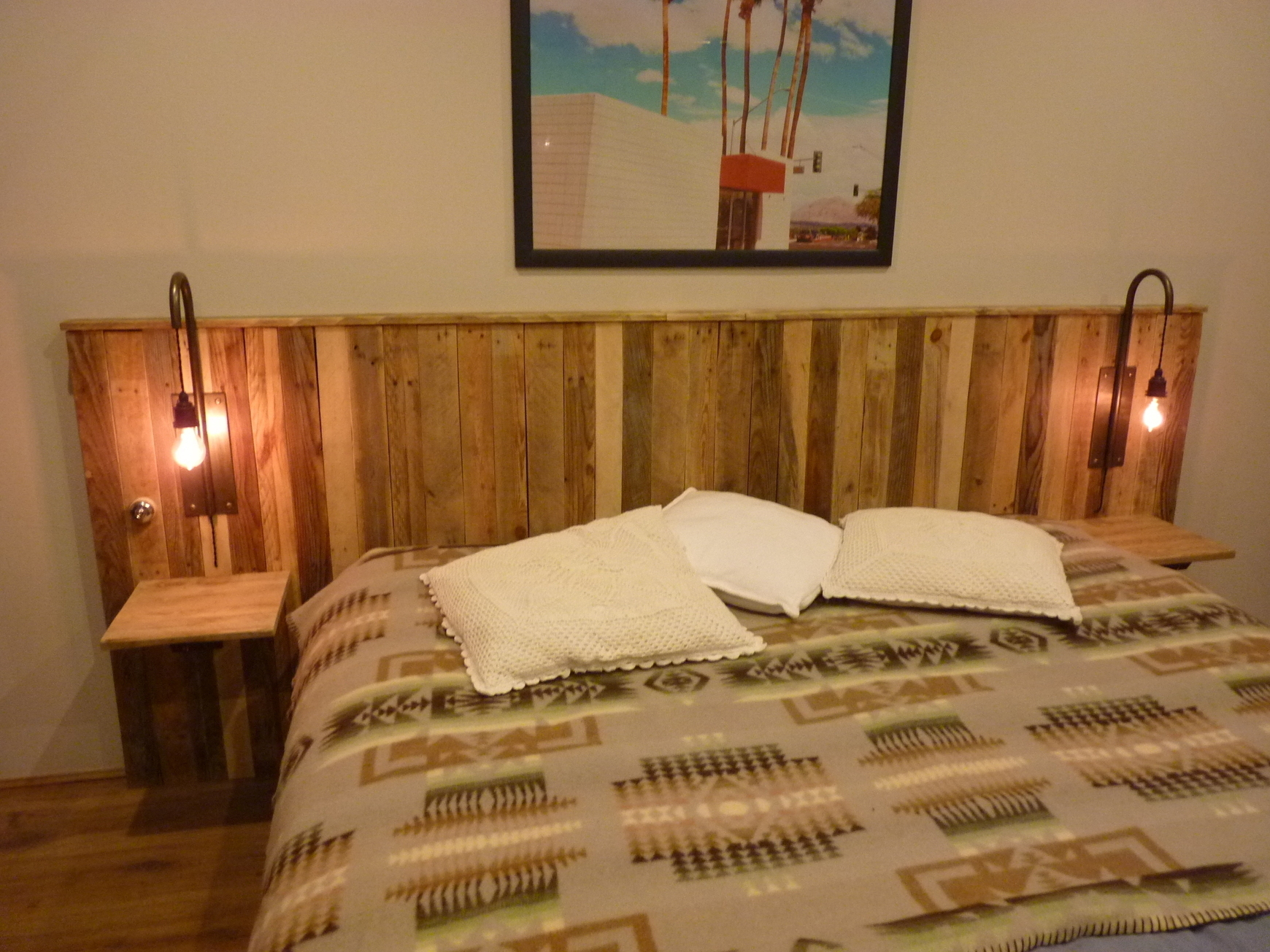 pallet headboards and lights t te de li. Black Bedroom Furniture Sets. Home Design Ideas