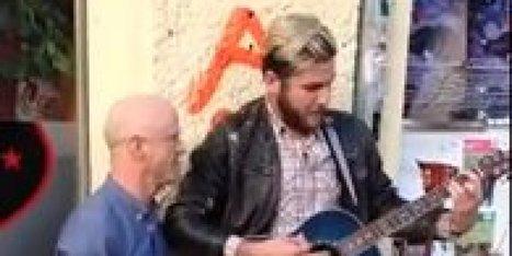 Surprise en pleine rue: un guitariste amateur est rejoint par Jimmy ... - Le Huffington Post Quebec | L'actualité de la guitare | Scoop.it