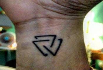 Simbolos Pequeños Tatuados En Hombres In Salud Y Fitness Scoopit