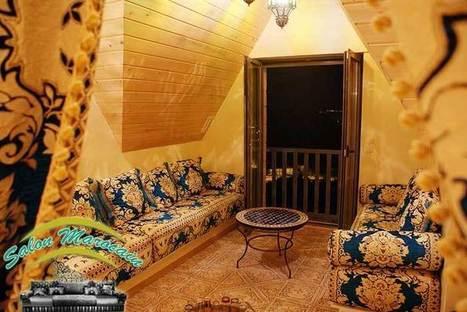 Salon marocain avec une décoration tradi...