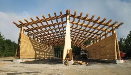 un hangar en bois rond pour les plaquettes fore. Black Bedroom Furniture Sets. Home Design Ideas